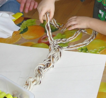480acb284ba laps omandab teadmisi kogemuste ja kõne kaudu • laps oskab vaadelda ning  märgata detaile (sõlg, tikandid) • laps koostab elementidest lihtsa ...