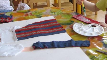 3b3d14d969c triibuseeliku kanga tükid, lõngajupid, värviline pael, valget linane riie,  värvilised pliiatsid, roosa paber ja kartong