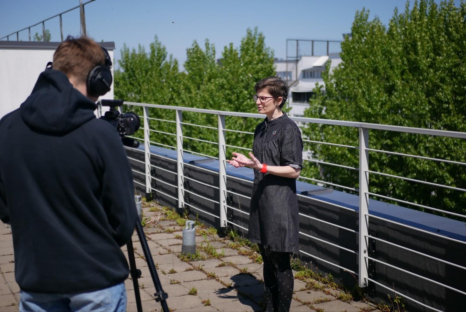 Tallinna Ülikooli tutuvstava video filmimine, pildil Liisa Puusepp