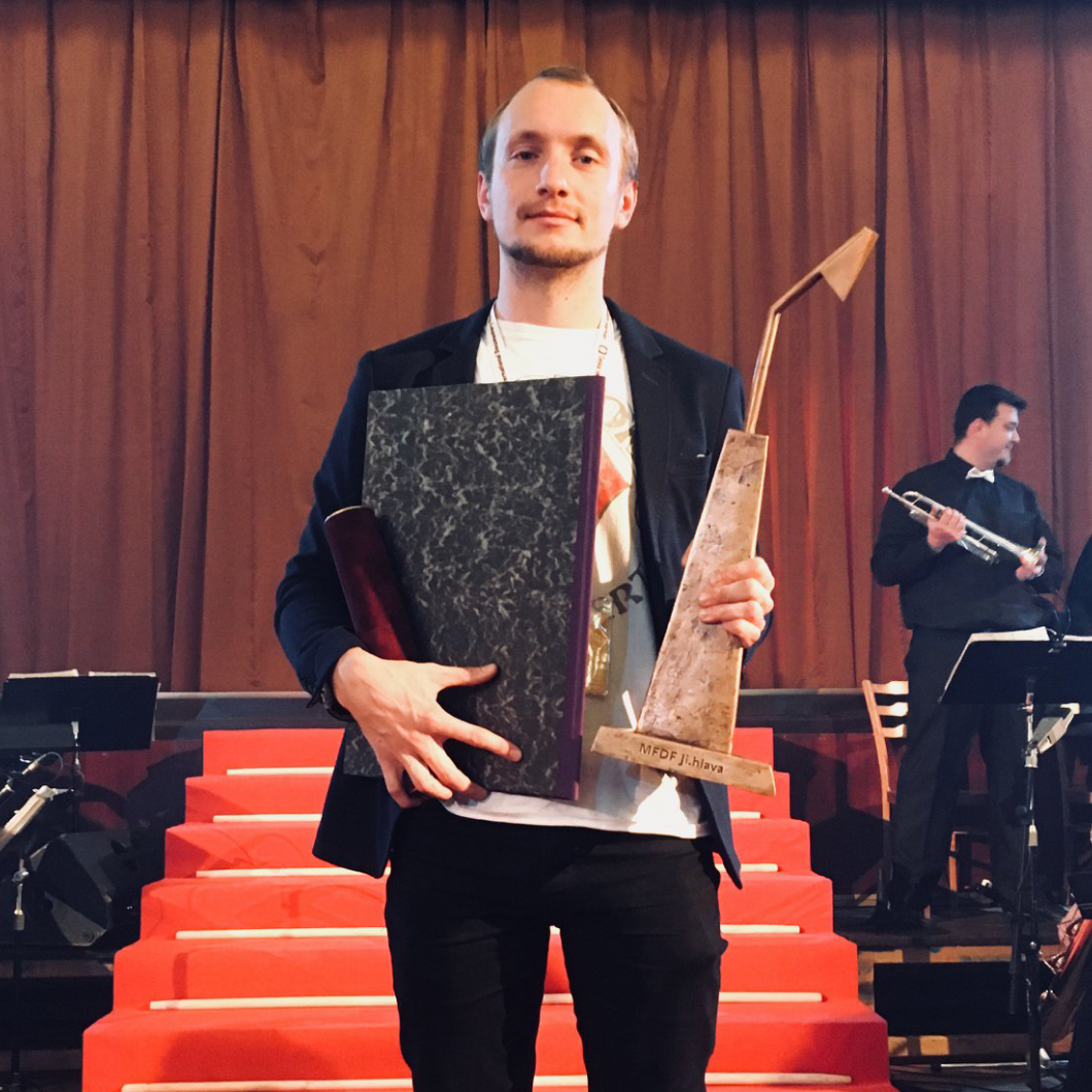 Mihkel Oksmann with the award